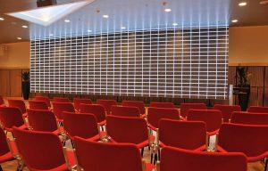 Konferencesal med røde stole