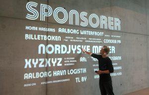 Sponsorer projektion på betonvæg