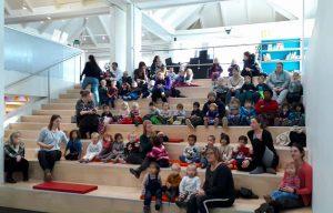 Børn siddende på trapperne med pædagoger