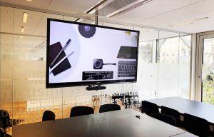 Mødelokale med storskærm til virtuelle møder