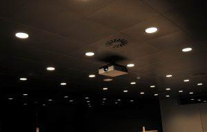 Projektor i loftet i mødelokale