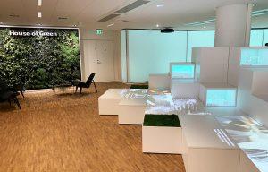 Podie, skærme og loungeområde