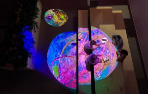 Jordlys og pingpong med solen projektionskunst