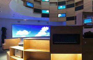 Stor LED skærm og mange små skærme