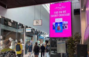 Storskærm med reklame i Amager centret