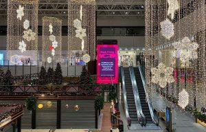 Storskærm ved rulletrappe i Lyngby storcenter