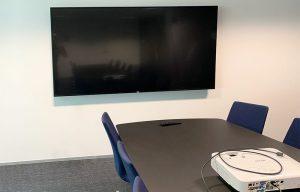 Mødelokale med projektor og storskærm